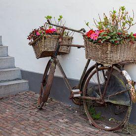 Oude fiest versiert met bloemen van Joost Adriaanse