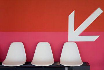 Trois chaises devant le rouge sur Werner Dieterich