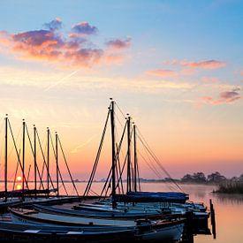 Le lever de soleil de Leekstermeer avec des voiliers sur R Smallenbroek