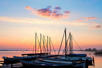 Le lever de soleil de Leekstermeer avec des voiliers