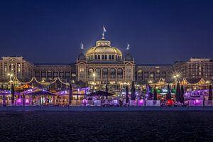 Het Kurhaus in Scheveningen in de avond van