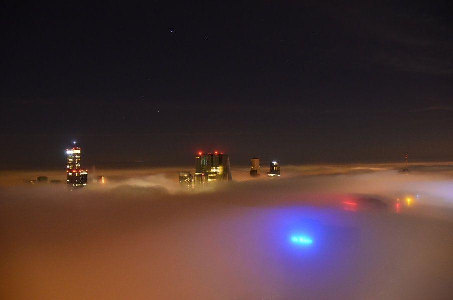 De Rotterdam en Erasmusbrug boven de Mist