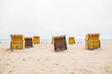 Gelbe Strandkörbe am Strand von Angeline Dobber