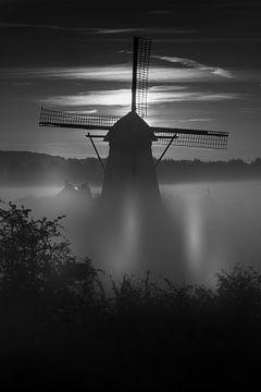 Ein nebliger Morgen bei De Marsch (Mühle) in Lienden, Betuwe in Schwarzweiß von Moetwil en van Dijk - Fotografie