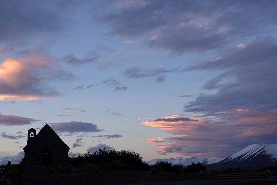 Zonsondergang bij kerk aan het Tekapo meer in Nieuw Zeeland