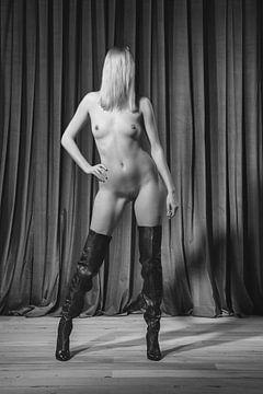 Sehr schöne nackte Frau, die auf einer alten Bühne fotografiert wurde. #A7218 von william langeveld