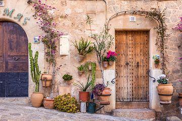 In de oude stad van Valldemossa, Mallorca... van Christian Müringer