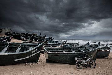 Vissersboten op het strand van Casablanca in Marokko tijdens een zware storm van Bas Meelker