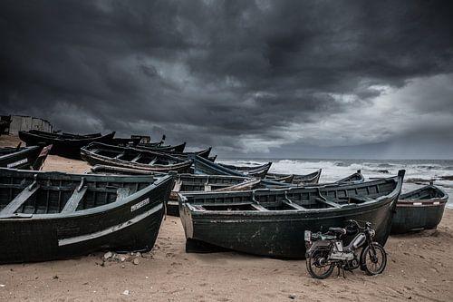 Vissersboten op het strand van Casablanca in Marokko tijdens een zware storm
