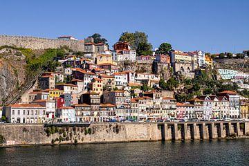 Cityscape van Porto langs de Douro Rivier in Portugal van Daan Duvillier