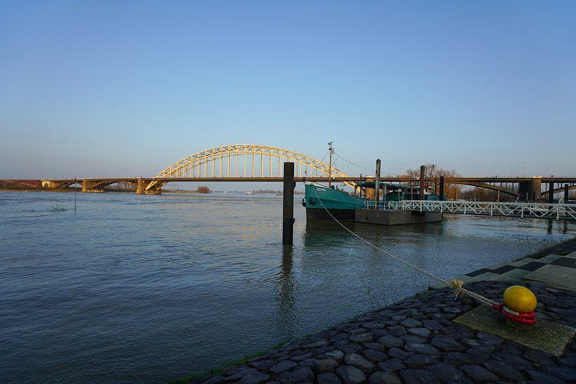 Hoogwater in de Waal bij Nijmegen van Alice Berkien-van Mil