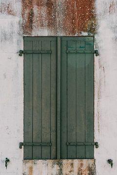 Groene luiken met verweerde witte muur op Île de Ré - Frankrijk van Oog in Oog Fotografie