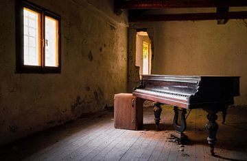 Dunkles und verlassenes Klavier.