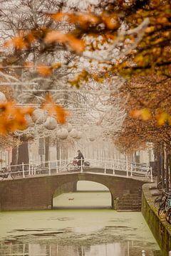 Vroeg ochtend herfst boodschappen in Delft van Gerhard Nel