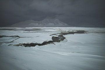 Het oversteken van de bevroren adventsfjord in de poolnacht... van Kai Müller