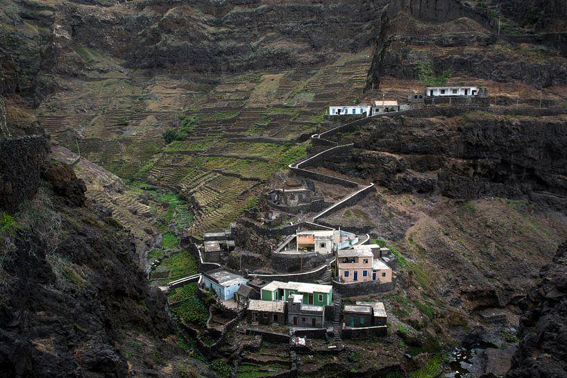 Mountain village in Africa van Robert Beekelaar