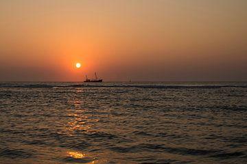Vissersboot bij zonsondergang von Harry Kors