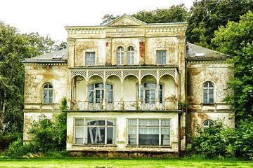Vervallen witte villa I van