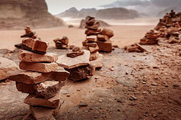 Cairns in Wadi Rum, Jordanien von Melissa Peltenburg