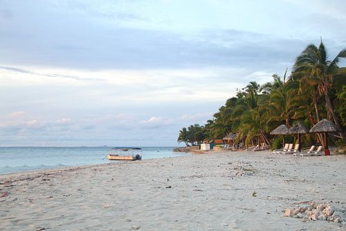 Verlaten eiland bij zonsondergang van