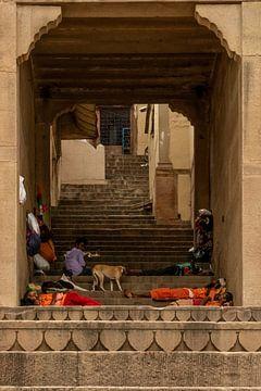 Een steegje in Varanasi van Maarten Borsje