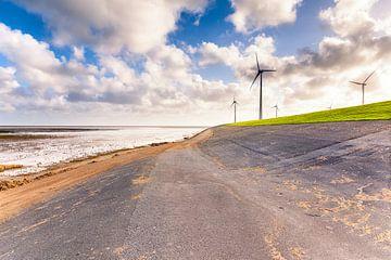 Les moulins à vent sur la digue à la mer des Wadden Eemshaven à Groningen, Pays-Bas sur