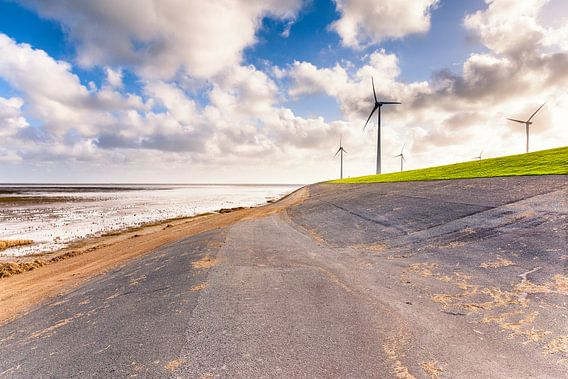 Windmolens aan de Waddenzeedijk bij de Eemshaven in Groningen