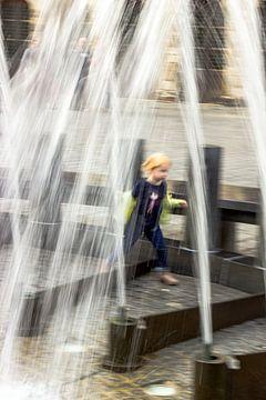 Kleines Mädchen spielt am Brunnen von Studio Kunsthart