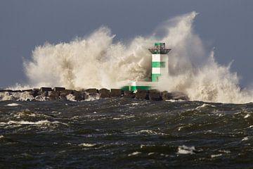 Golven van de Noordzee beuken op de vuurtoren van IJmuiden van Menno van Duijn
