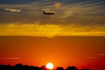 Landend vliegtuig vroeg in de ochtend op Schiphol van