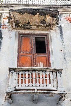 In verval geraakt balkon met houten deur van Jan van Dasler