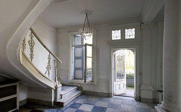 Trappenhuis in sjiek verlaten kasteel van Mirjam Offeringa