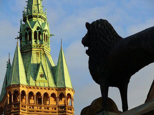 Braunschweiger Löwe vor Rathausturm  van Ralf Schroeer