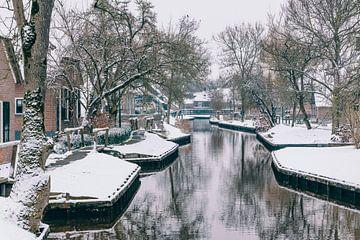 Dwarsgracht in der Nähe des Dorfes Giethoorn an einem kalten Wintertag von Sjoerd van der Wal