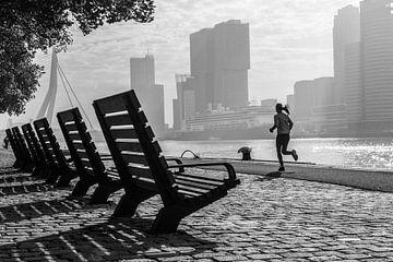ein Läufer am frühen Morgen in Rotterdam von Anna Pors