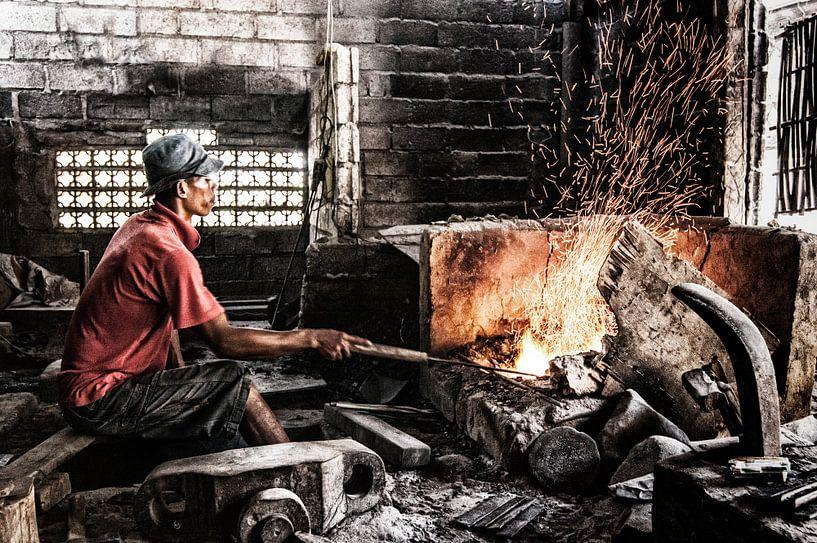 Balinese ambachtelijke metaalbewerker van Jaap van Lenthe