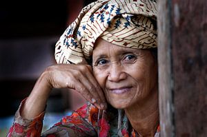 Alte Frau Kampong Indonesien von Tom Oosthout