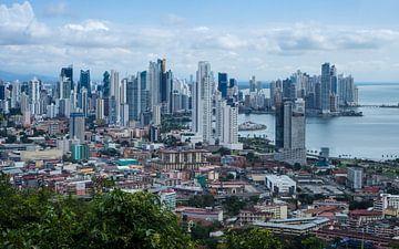 Skyline van Panama Stad van Michiel Dros