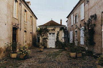 Rustikaler Innenhof eines Schlosses in Südfrankreich von Vandaag is nu