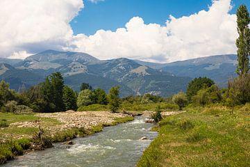Kleiner Fluss fließt durch die Balkanlandschaft Bulgariens von Ger Beekes