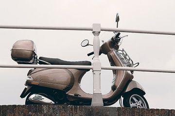 Eine Vespa auf einer Brücke in Alkmaar von Nannie van der Wal