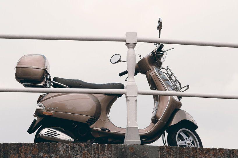 Een vespa op een brug in Alkmaar van Nannie van der Wal