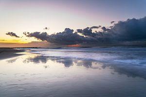Bewölkter Sonnenuntergang am Meer von Thomas Procek