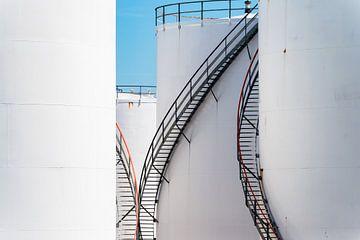 Grote witte opslagtanks voor olie van Kris Christiaens
