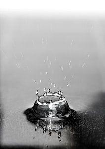 Macrofoto van een vallende druppel in water in zwart wit