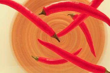 Zwevende rode pepers van Henny Brouwers