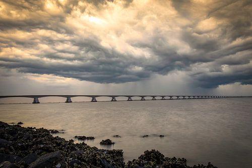 Zeelandbrug donkere wolken