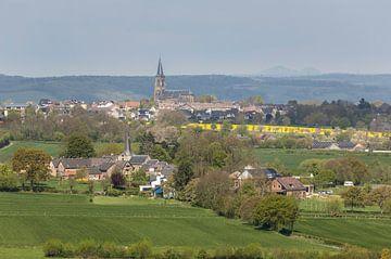 Uitzicht op de kerken van Holset en Vijlen in Zuid-Limburg van