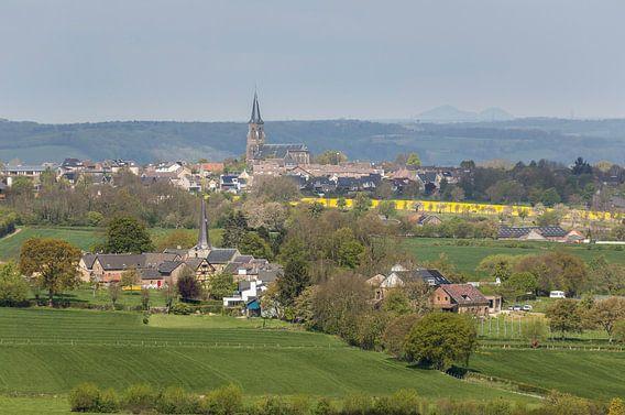 Uitzicht op de kerken van Holset en Vijlen in Zuid-Limburg