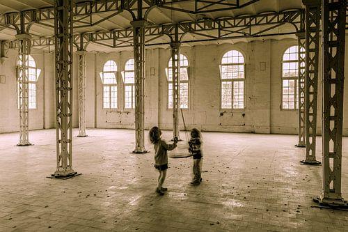 spelen in de oude fabriek
